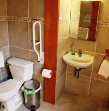 Baño accesible habitación familiar
